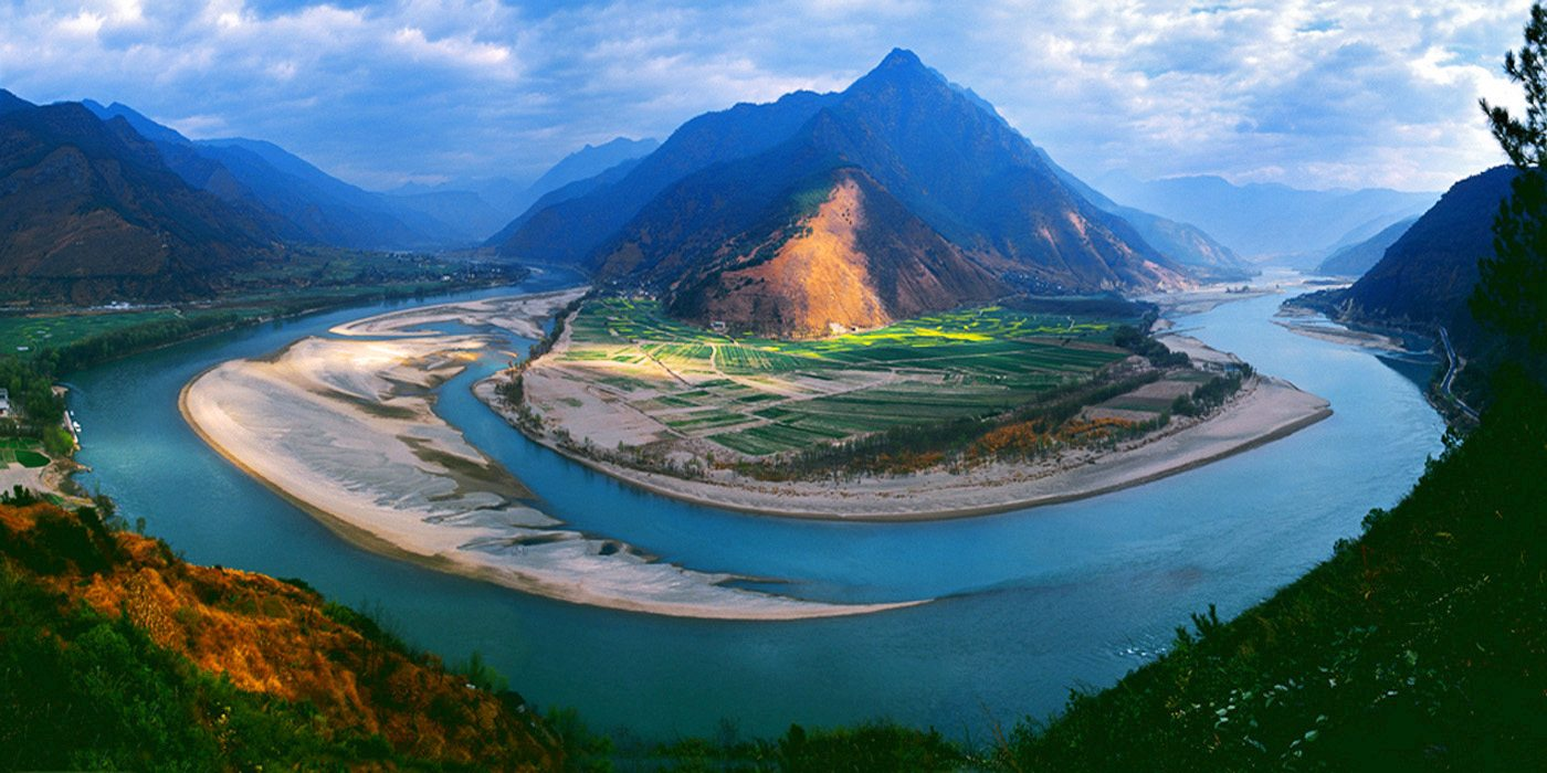 Photo of a bend in the Yangtze River - China tour packages