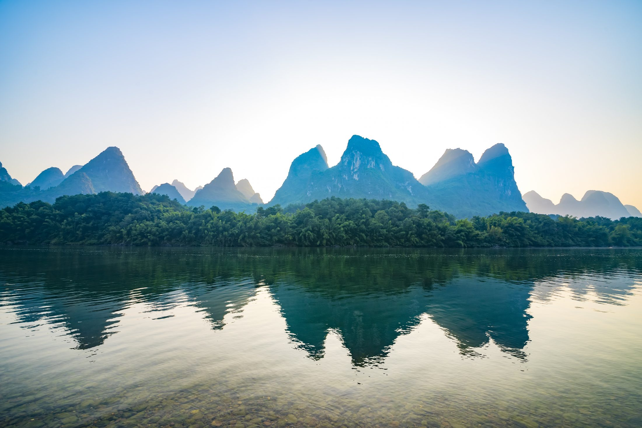 Picture of the Yangtze River with mountains in the background - China Travel